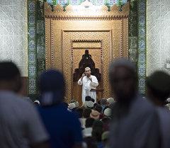 Верующие в мечети. Архивное фото