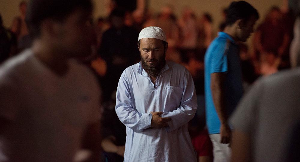 Верующий молится в Кадыр тун. Архивное фото