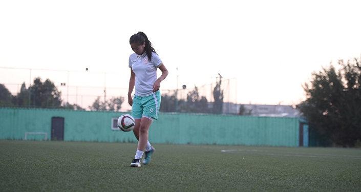 Дриблинг и удар — футбольное мастерство от Мисс футбола