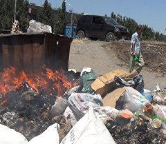 В прошлом году горожане поймали одного из грузчиков муниципального предприятия Тазалык, поджегшего мусор. Сотрудника уволили. Теперь среди грузчиков проводятся разъяснительные работы.
