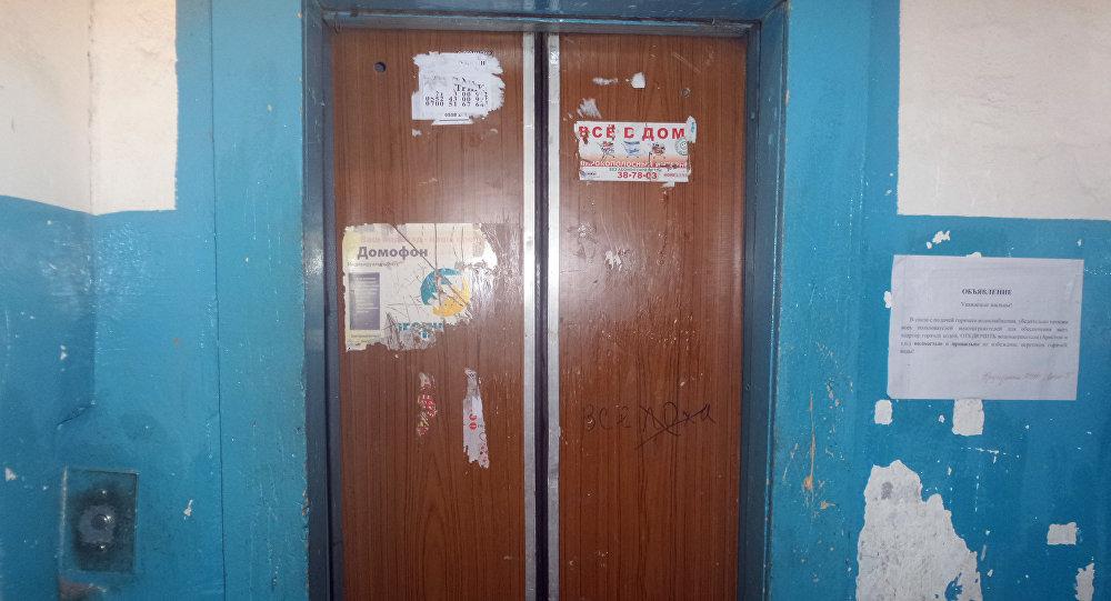 Лифт в многоэтажном жилом доме города Бишкек. Архивное фото