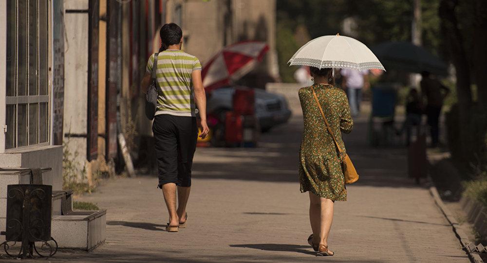 Девушка с зонтиком в Бишкек. Архивное фото