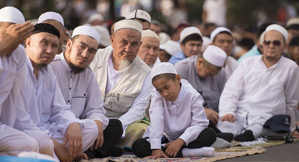Мусульмане на праздничном айт намазе в Бишкеке. Архивное фото