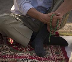 Намаз кылып аткан мусулман. Архивдик сүрөт