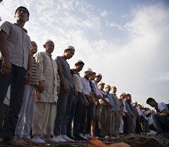 Верующие мусульмане во время праздничного Айт намаза на старой площади в Бишкеке. Архивное фото