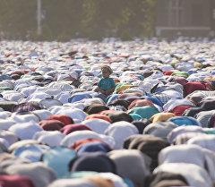 Айт намазы, Бишкек, 2015-жыл, 17-июль. Эски аянтка 100 миңдей киши намазга келди