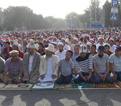 Куттуктоо, намаз кылуу жана эсин жоготуу – Бишкекте Айт намаз окулду