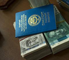 Деньги с паспортом. Архивное фото