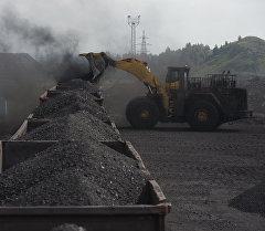 Погрузка угля в вагоны на каменноугольном разрезе. Архивное фото