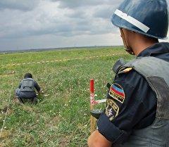 Пиротехническая группа МЧС ДНР обследует на наличие взрывоопасных предметов. Архивное фото