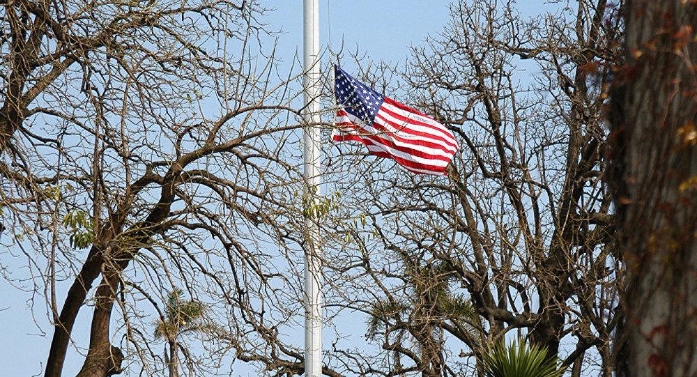 Спуск государственного флага США. Архивное фото