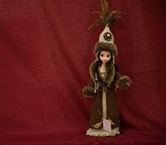 Куклы в национальных одеждах ручной работы. Архивное фото