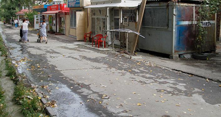 Мусор возле торговых рядов на рынке Асанбай.