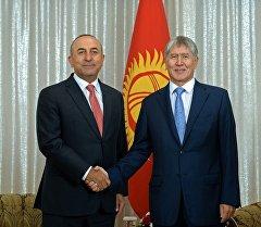 Президент Алмазбек Атамбаев принял министра иностранных дел Турции Мевлюта Чавушоглу.