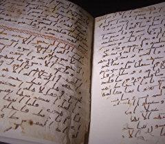 Бирмингемдеги университеттин китепканасында колго жазылган Курандын барактары табылды, ага минимум 1370 жыл болгон. Окумуштуулар баалуу табылганы кантип изилдешкенин видеодон көргүлө.
