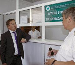 Председатель Государственной налоговой службы Замирбек Осмонов проинспектировал ряд торгово-рыночных комплексов Бишкека.