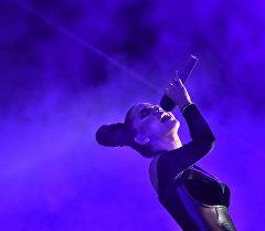 Певица Чолпон Талипбек на сцене в фестивале Мейкин Азия. Архивное фото