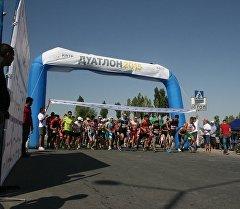 В столице прошло первое соревнование по дуатлону,спортсмены пробежали пять километров. Архивное фото