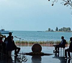 Чолпон-Ата шаарындагы президент Алмазбек Атамбаев өлкөдөгү журналисттер, саясат талдоочулар жана белгилүү медиа эксперттер менен жолугушту.