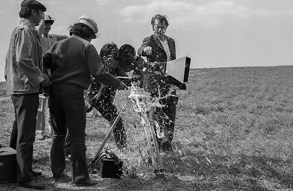 Тасманын алгачкы дубли жарабай калган – шампандын бөтөлкөсү кинокамеранын кабелине зыян келтирген.
