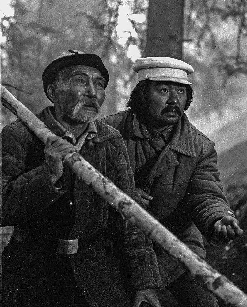 Момун чалдын ролундагы Асанкул Куттубаев Болот Шамшиев менен кезектеги эпизодду даярдап жатышат.