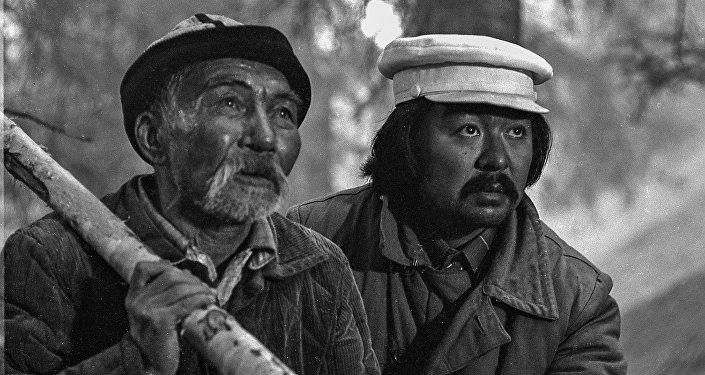 Асанкул Куттубаев в роли деда Момуна и режиссер Болот Шамшиев репетируют очередную сцену.