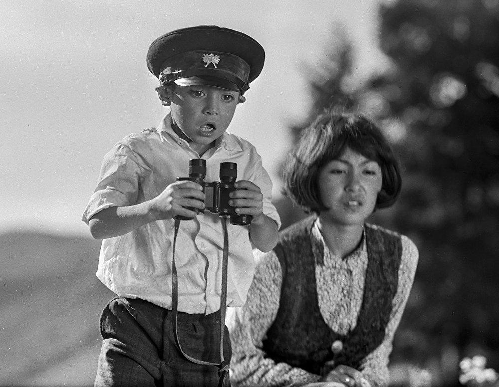 Баланын ролу Нургазы Сыдыгалиев үчүн дебюттук роль эле, бир жылдан кийин ал Птицы наших надежд тасмасында Тимурдун ролун ойнойт.