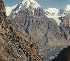 Вид на хребет Сарыджак и разливы ледникового озера Мерцбахера. Тянь-Шань.  Архивное фото