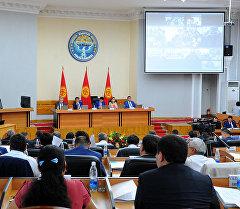 Кыргызстандын Өкмөт өкүлүнүн отуруму. Архив
