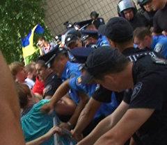 Противники мэра Харькова Кернеса пытались силой пробиться на суд по его делу