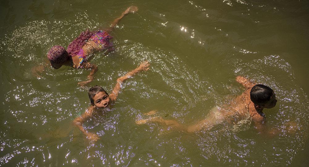Сууга түшкөн балдар. Архивдик сүрөт