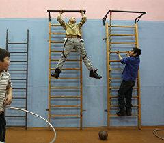 Ученики во время урока физкультуры в спортивном зале. Архивное фото