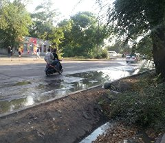 Прорыв трубы с холодной водой на пересечении улиц Кольбаева и Лермонтова