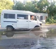 Фонтан из под земли— порыв трубы на улице Кольбаева в Бишкеке