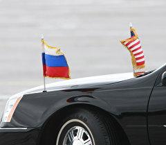 АКШнын жана Россиянын желеги орнотулган автоунаа. Архив