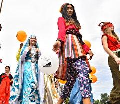 Эл аралык Оймо кол өнөрчүлөр фестивалынын катышуучулары. Архив