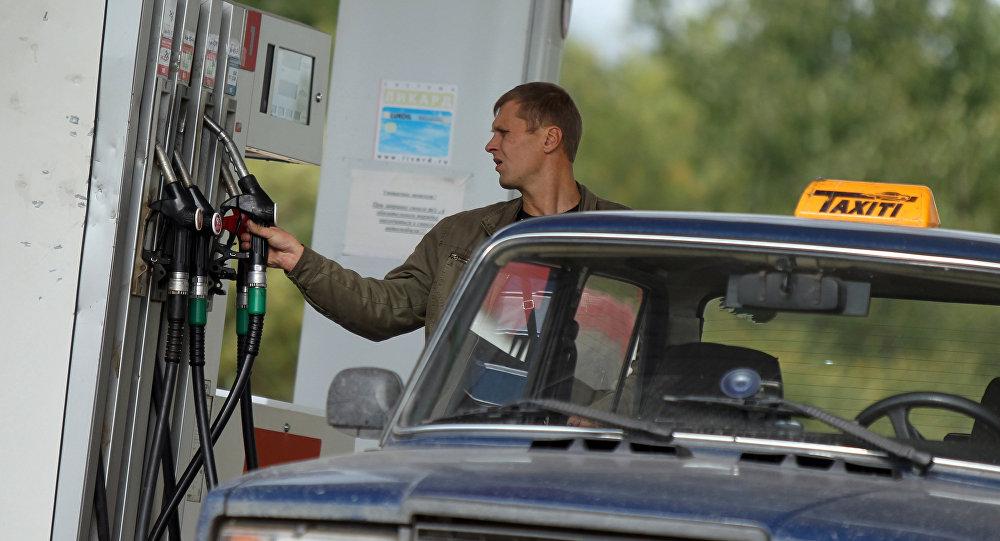 Автовладелец на заправочной станции. Архивное фото