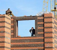 Строители на строящем здании. Архивное фото
