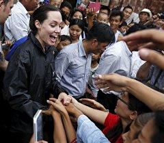 Посол ООН Анджелина Джоли и ее сын в Мьянме