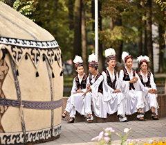 Кыргыз улуттук кийимдерин кийген кыздар. Архив