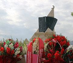КРдин эмгек сиңирген артисти Токон Эшпаевдин кичи мекени Керме-Тоо айылында эстелиги тургузулду.