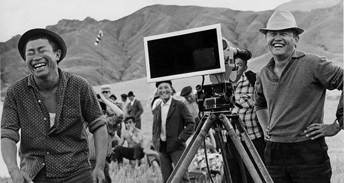 Толомуш Океев и оператор во время съемок фильма Небо нашего детства. Архивное фото