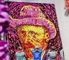 Туристы фотографируют портрет Винсента Ван Гога из цветов в Амстердаме