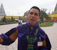 Мексиканын байыркы уруусунун тукуму тумарын көрсөтүп, КР кыздары үчүн ырдап берди
