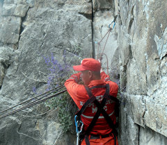 Сотрудник МЧС Кыргызстана во время спасательных работ. Архивное фото