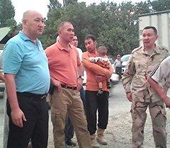 Баткен областынын губернатору Жениш Разаков жергиликтүү жашоочулар менен. Архив