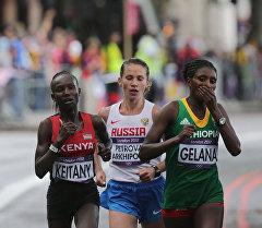 Спортсменки Мэри Кейтани (Кения), Татьяна Петрова-Архипова (Россия), Тики Гелана (Эфиопия) (слева направо) на марафонской дистанции соревнований по легкой атлетике среди женщин. Архивное фото