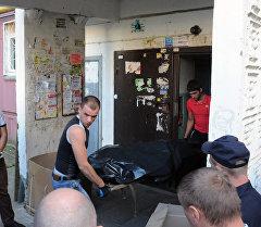Сотрудники правоохранительных органов у подъезда жилого дома в Нижнем Новгороде, где обнаружены убитые дети.