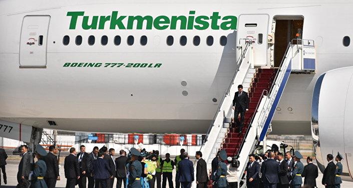 В аэропорту Бишкека его встретил президент Кыргызстана Алмазбек Атамбаев.