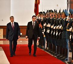 Түркмөнстандын президенти Гурбангулы Бердымухамедов жана Кыргызстандын өлкө башчысы Алмазбек Атамбаев.